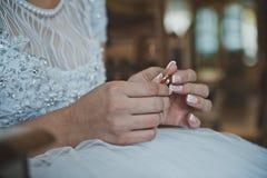 Anneaux de mariage dans des mains 2473 Image libre de droits