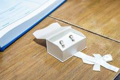 Anneaux de mariage dans la boîte à bijoux blanche images libres de droits