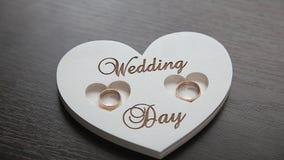 Anneaux de mariage dans la boîte en bois s'étendant sur la table banque de vidéos