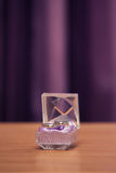 Anneaux de mariage dans la boîte violette Photographie stock libre de droits
