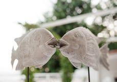 Anneaux de mariage dans la bouche de deux poissons Photos stock
