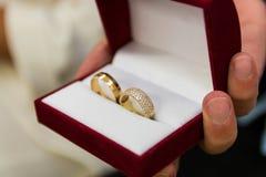 Anneaux de mariage dans la fin de boîte-cadeau  photo libre de droits