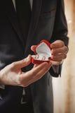 Anneaux de mariage dans les mains des hommes Photographie stock libre de droits