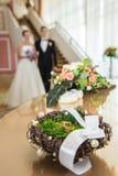 Anneaux de mariage dans un nid décoratif Photo stock