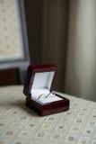 Anneaux de mariage dans une boîte brune Photos stock