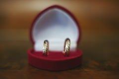 Anneaux de mariage dans une boîte de coeur Image stock