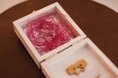 Anneaux de mariage dans une boîte en bois Photo libre de droits