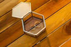 Anneaux de mariage dans une boîte en verre pour des anneaux Photos libres de droits