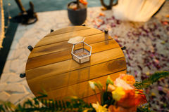 Anneaux de mariage dans une boîte en verre pour des anneaux Photo libre de droits