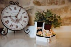 Anneaux de mariage dans une boîte sur la table blanche Concept de mariage Photographie stock libre de droits
