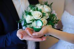 Anneaux de mariage dans une boîte sur le bouquet Images stock