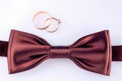 Anneaux de mariage de noeud papillon et d'or Images stock
