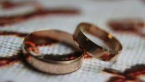 Anneaux de mariage de rotation en gros plan clips vidéos