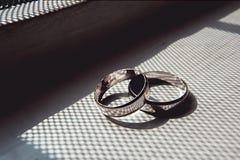 Anneaux de mariage de Scrached de l'or blanc sur un filon-couche de fenêtre Photos stock