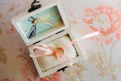 Anneaux de mariage des nouveaux mariés dans une boîte Anneaux d'or d'engagement Image stock