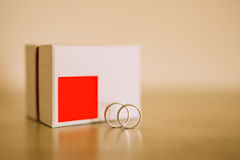 Anneaux de mariage des nouveaux mariés dans une boîte Anneaux d'or d'engagement Photos libres de droits