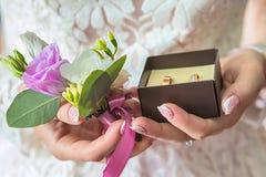 Anneaux de mariage disponibles Anneaux de mariage dans les mains de la jeune mariée Photos stock
