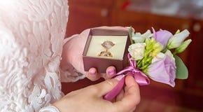Anneaux de mariage disponibles Anneaux de mariage dans les mains de la jeune mariée Images stock