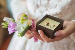 Anneaux de mariage disponibles Anneaux de mariage dans les mains de la jeune mariée Photographie stock libre de droits