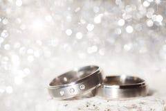 Anneaux de mariage en argent Images stock