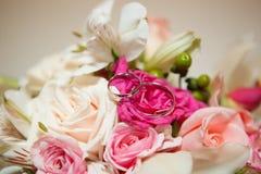 Anneaux de mariage en gros plan Images stock