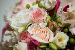 Anneaux de mariage en gros plan Photos libres de droits