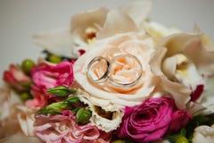 Anneaux de mariage en gros plan Images libres de droits