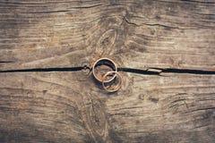 Anneaux de mariage en gros plan sur une table photo stock