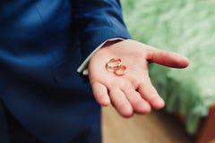 Anneaux de mariage en main Photographie stock