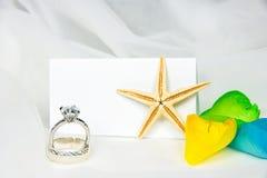 Anneaux de mariage et étoiles de mer sur Tulle Photo stock