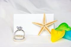 Anneaux de mariage et étoiles de mer sur Tulle Photos libres de droits