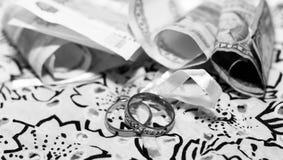 Anneaux de mariage et argent russe, amour et heureux Photographie stock