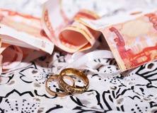 Anneaux de mariage et argent russe, amour et heureux Photos stock
