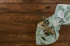 Anneaux de mariage et couverts de table sur le fond rustique photographie stock