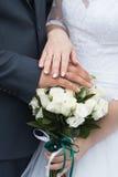 Anneaux de mariage et mains des jeunes mariés jeunes couples de mariage à la cérémonie mariage Homme et femme dans l'amour Deux Photos stock