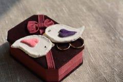 Anneaux de mariage et oiseaux décoratifs Images libres de droits