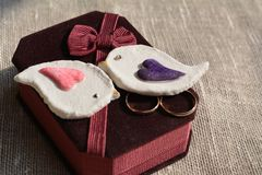 Anneaux de mariage et oiseaux décoratifs Photographie stock libre de droits