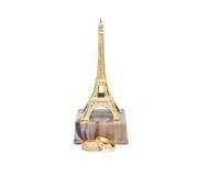 Anneaux de mariage et Tour Eiffel de statue Image stock