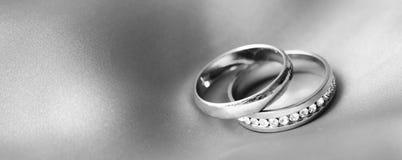Anneaux de mariage, heureux et amour Photo libre de droits