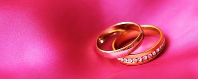 Anneaux de mariage, heureux et amour Photographie stock