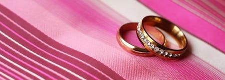 Anneaux de mariage, heureux et amour Images libres de droits
