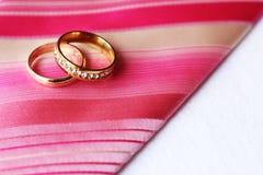 Anneaux de mariage, heureux et amour Image stock