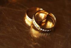Anneaux de mariage, heureux et amour Image libre de droits
