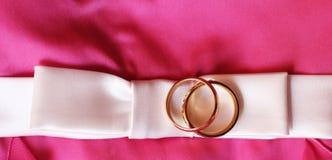 Anneaux de mariage, heureux et amour Photographie stock libre de droits