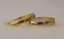 Anneaux de mariage parmi la neige Images stock