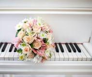 Anneaux de mariage de piano images stock
