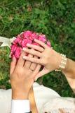 Anneaux de mariage pour des nouveaux mariés sur un bouquet rose de jeune mariée Photo libre de droits
