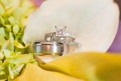Anneaux de mariage sur des fleurs Photo stock