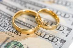 Anneaux de mariage sur dollar US Photographie stock libre de droits