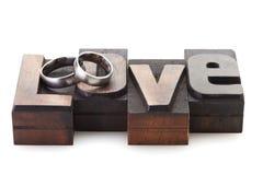 Anneaux de mariage sur l'AMOUR de lettres Photos libres de droits